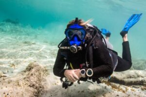 Diver diving with Full Face Mask